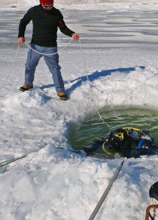 La plongée sous glace nécessite un matériel spécial et des procédures particulières.